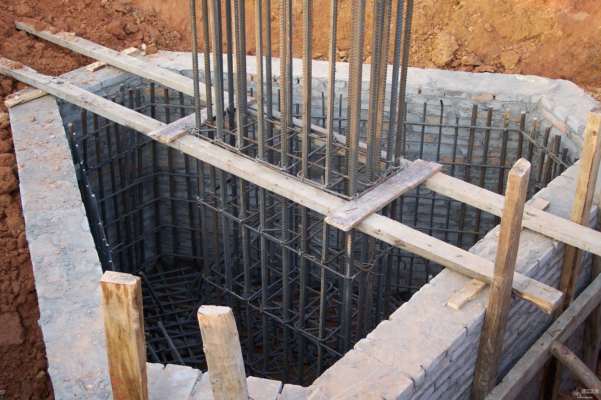 土建工程:即土木建筑工程,是土木工程和建筑工程的总称。是一门为人类生活、生产、防护等活动建造各类设施与场所的工程学科,涵盖了地上、地下、陆地、水上、水下等各范畴内的房屋、道路、铁路、机场、桥梁、水利、港口、隧道、给排水、防护等诸工程范围内的设施与场所内的建筑物、构筑物、工程物的建设,其既包括工程建造过程中的勘测、设计、施工、养护、管理等各项技术活动,又包括建造过程中所耗的材料、设备与物品。 土木建筑工程涉及国民经济中各行各业的存在、活动与发展,没有土木建筑工程为其修建活动的空间和场所,就谈不上各行各业的